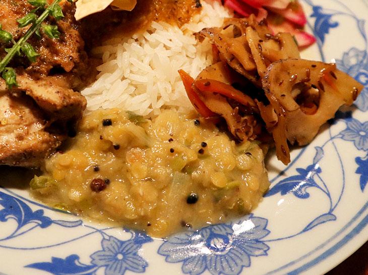 長ネギとお豆を煮たダルカレー。スパイスキンピラには、野生のブラッククミンとホワイトクミンの2種類を使っている