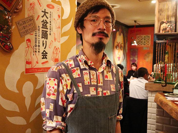 店主の大澤さん。お店で食べた南インドカレーにはまり、妄想が始まったそう
