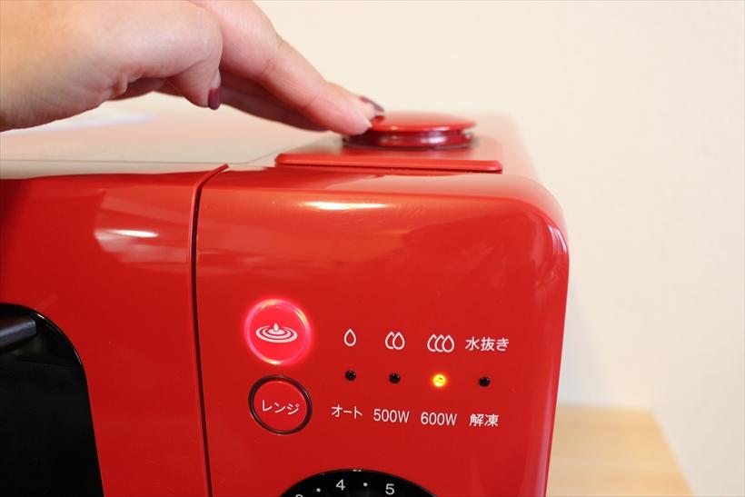 ↑タンクをぐっと押し込むことで、今まで点いていなかった過熱水蒸気調理用ボタンが点灯。火力を弱(約180℃)、中(約200℃)、強(約250℃)の3段階から選び、ダイヤルで時間をセットします