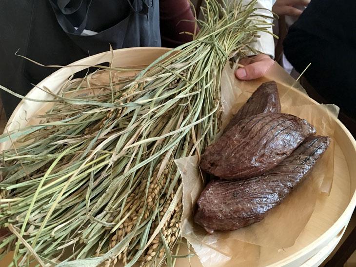 メインの「大和牛のロティ」を仕立てる前に、飛鳥の藁で燻された肉を披露