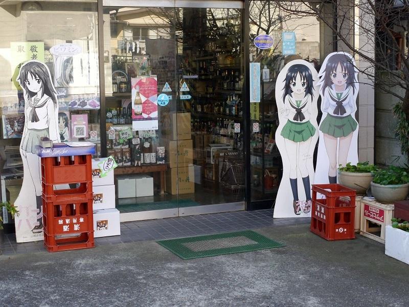 店頭POPはキャラが増えるにつれて、看板娘として設置するお店も増えている。オリジナルアイテム販売もある。