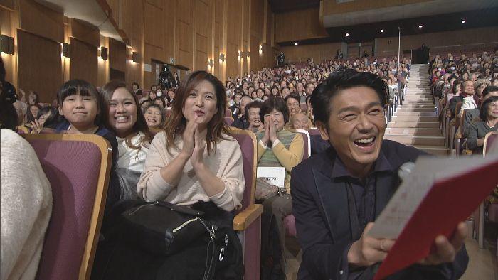 クイズコーナーでは、客席で回答をきいた高橋。宮川のコミカルなジェスチャーに、観客とサイコーの笑顔!