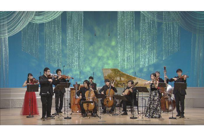 国内外で活躍する若手古楽器奏者からなる、ラ・ムジカ・コッラーナ。ヴァイオリン、ヴィオラ、チェロ、コントラバス、チェンバロ、バロックギターやリュートなどを自在に操る。丸山(vn)は、左から2番目
