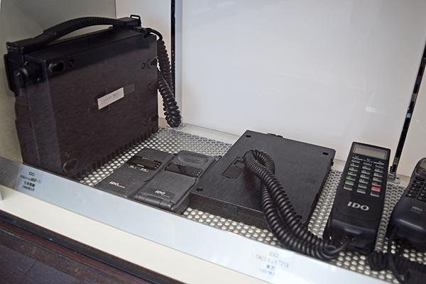 1980年代のショルダーフォン。バッテリーの大きさは格段に小さくなったが…。