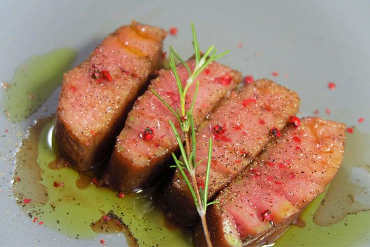 パッと見た感じはステーキのよう。質のよいエクストラヴァージンオリーブオイルを使えば、さらにまぐろの風味が際立つ
