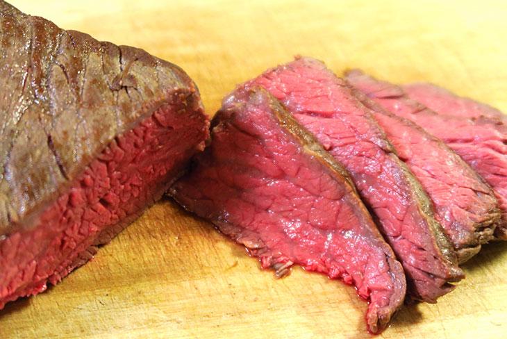 出来上がった肉をカットしてみると、どの部分もまんべんなく加熱されていることがわかる。こうした均一な加熱は低温調理ならでは