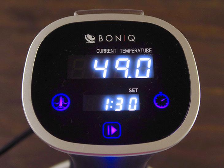 上段に現在の温度と設定温度が交互に表示され、下段にタイマー時間が表示される。タイマー終了後は自動停止せず、アラーム音で知らせてくれる