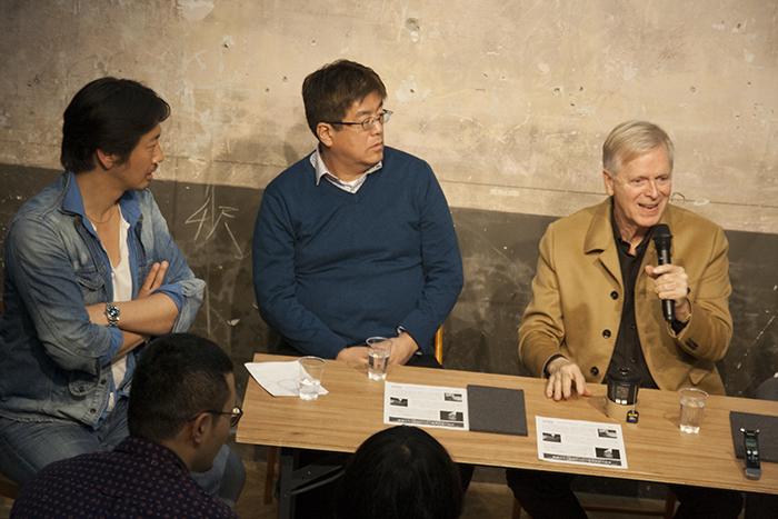 (左から)梶原涼晴氏、江良至氏、ロン・バラス氏