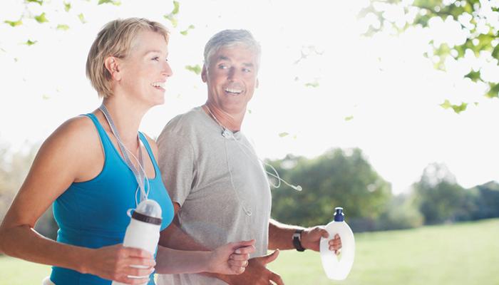 ジョギングをする更年期の男性