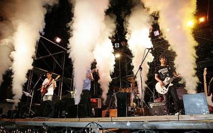 音楽イベントの定番、炭酸ガス噴射