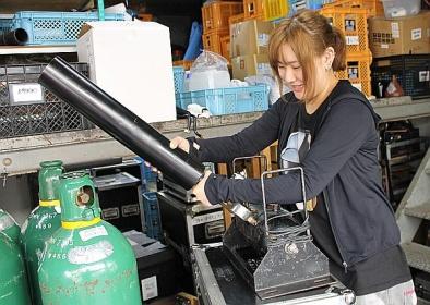 イベントでよく使われるキャノン砲を組み立てる戸塚さん