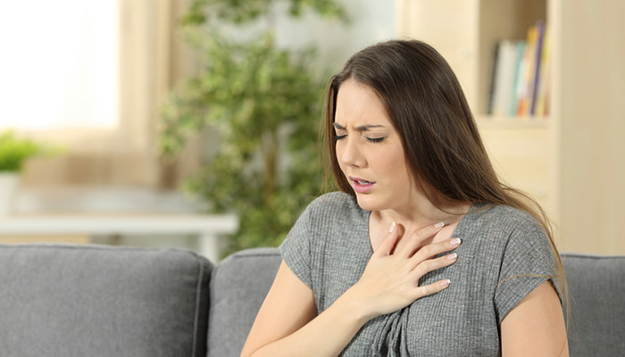 息苦しさを感じる女性
