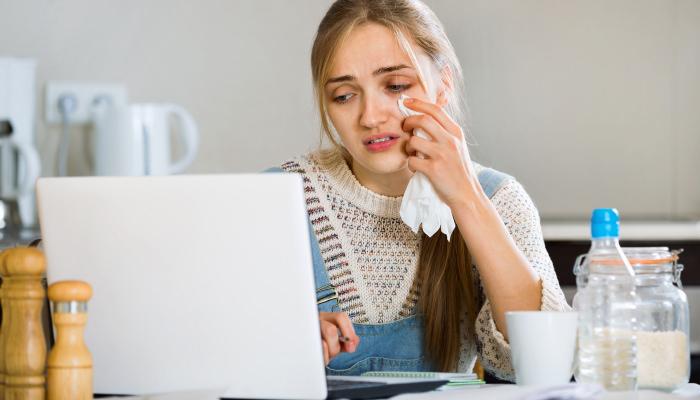ストレスをためたまま無理をしている女性