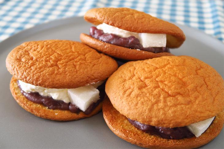パッと見た感じは、どら焼きというよりもパンケーキやブッセのよう。和菓子とは思えない