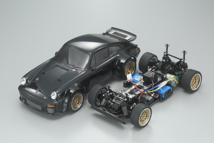 シャシーは、RCカーの世界で現在主流の4WD電動ツーリングカーをベースに、ポルシェのボディスタイルに合わせてワイドトレッド&ショートホイールベース化したTA02SWを採用。オイルダンパー装備のダブルウィッシュボーンサスペンションやフルベアリング仕様の駆動系など、走りの装備も本格的だ。