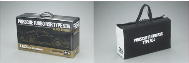 商品パッケージは完成後のRCカーを収納&持ち運びするのに便利なキャリングケースタイプ(左)。'77年当時を思わせる専用布製バッグは、このモデルにのみ同梱される限定品だ(右)。