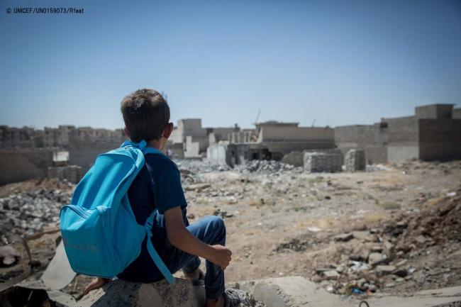 破壊されたモスル西部の街を眺める、6歳のアクラム君。 (2017年8月撮影) (C) UNICEF_UN0159073_Rfaat