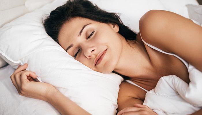 快眠する女性