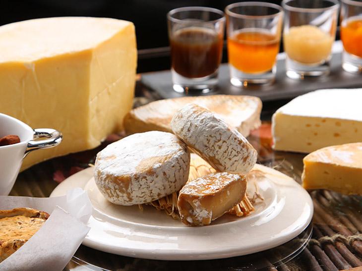 ワゴンで運ばれてくるチーズ