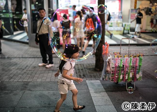 台湾屈指の繁華街・西門街の商店街には服飾からオモチャまで何でもあり。子供たちも自由に散歩