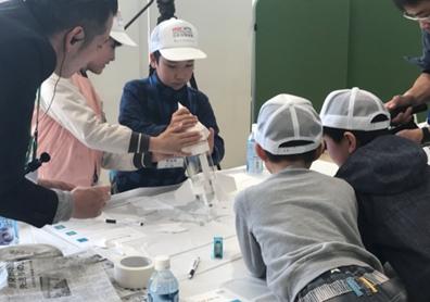 ロケットの作成に取り組む子供達