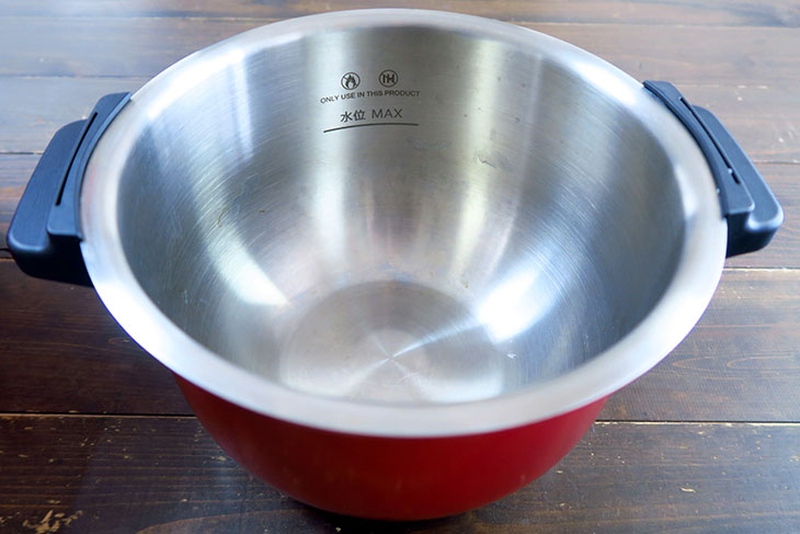 内鍋は取っ手が付いていて持ち運びやすい。ヘルシオ ホットクックには内鍋用のフタが付属しており、このまま冷蔵庫に保存できる。