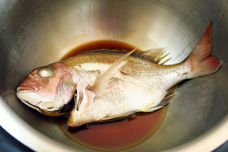 今回は下処理が施された鯛を魚屋で購入。尾が少し折れたものの、20センチ程度であれば問題なく調理できる。