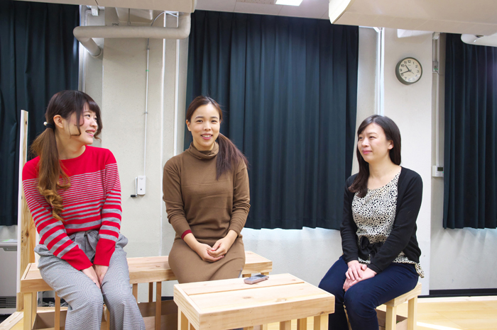 右からペヤンヌマキ、安藤玉恵、浅井智佳子 撮影:曳野若菜