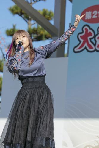 主題歌を熱唱する佐咲紗花