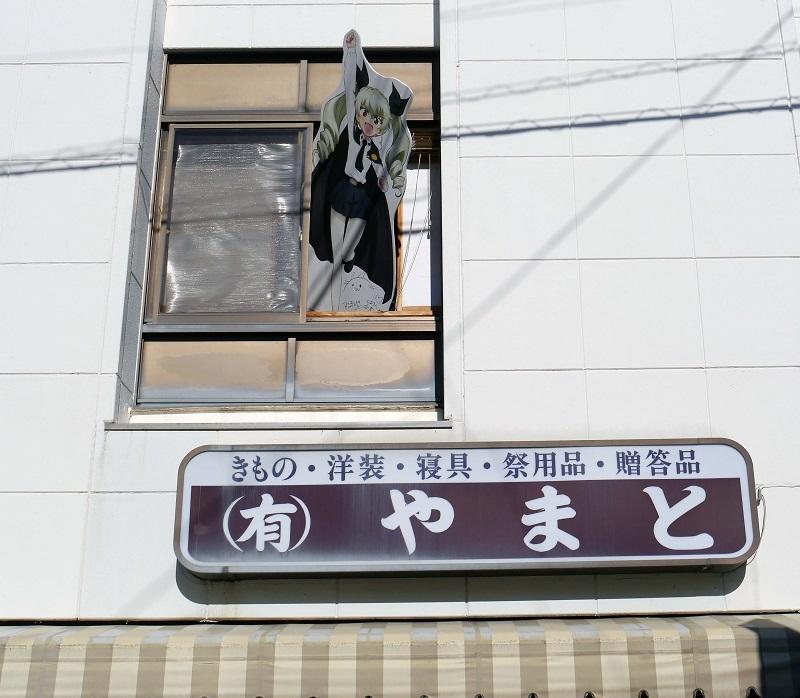 アンチョビのPOPが窓から飛び出しているのは、最初は隠しキャラ的に二階の窓に飾られていたのを再現したお遊びなのだ(当時はガルパンもテレビシリーズのみだったので、OVAでメインを飾ったアンチョビも出落ちキャラでしかなかったため)。