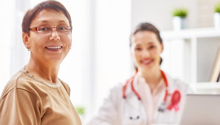 婦人科を受診する女性
