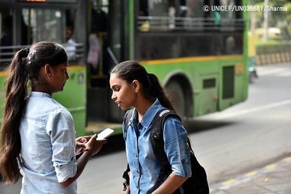 公共の場所で携帯電話を使う子どもたち。(インド)2016年8月撮影(C) UNICEF_UN036681_Sharma