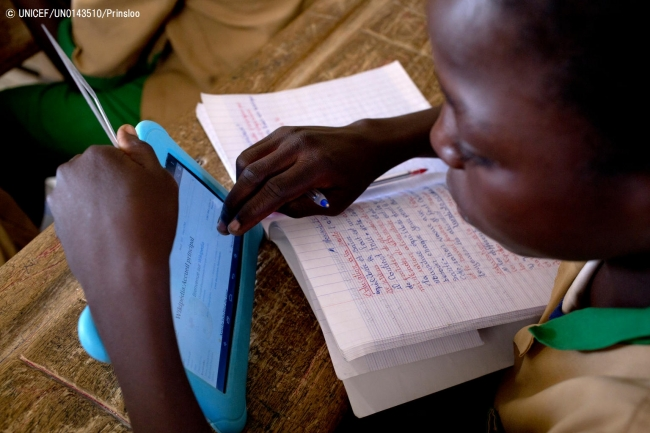 ユニセフ提供のタブレットを使用して勉強する子ども。(カメルーン)2017年10月撮影(C) UNICEF_UN0143510_Prinsloo