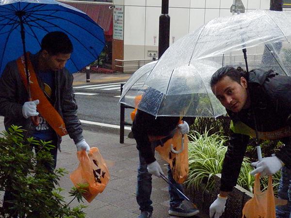 積極的にハロウィンのごみ拾いを行う日本経済大学の留学生たち。