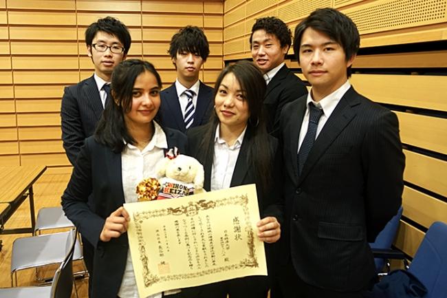 代表として授賞式に参加した日本経済大学の学生たち。