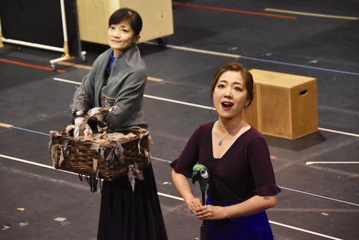 『鳥に餌を』を披露する島田歌穂(左)と平原綾香