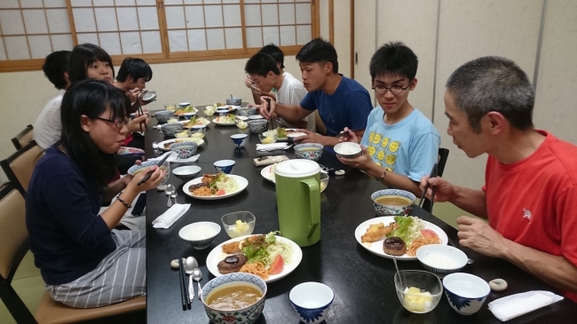 参加者の子どもたちと夕食を共にする代表理事小林