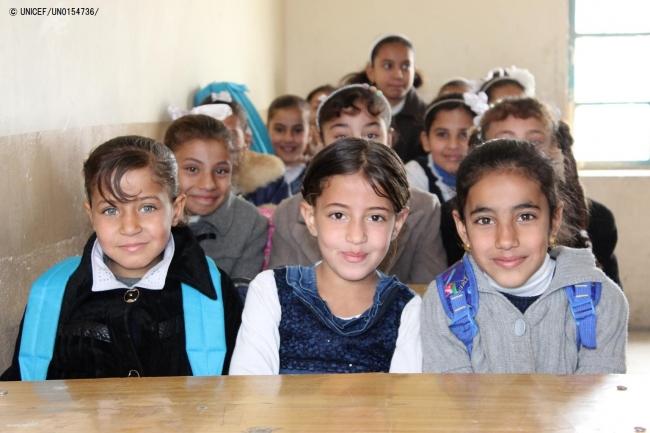 冬服の支援物資を受け取った子どもたち。 (2018年1月1日撮影) (C) UNICEF_UN0154736_