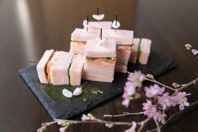 桜香るピンクのサンドウィッチ