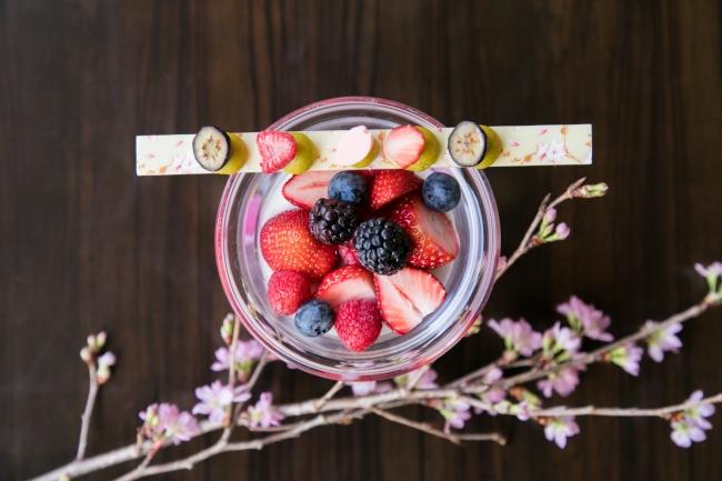 桜ジュレブランマンジェ ベリーを添えて