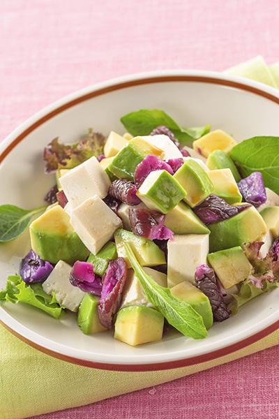 漬物のおすすめアレンジレシピ「赤しば漬とアボカド・豆腐の角切りサラダ」/やまう