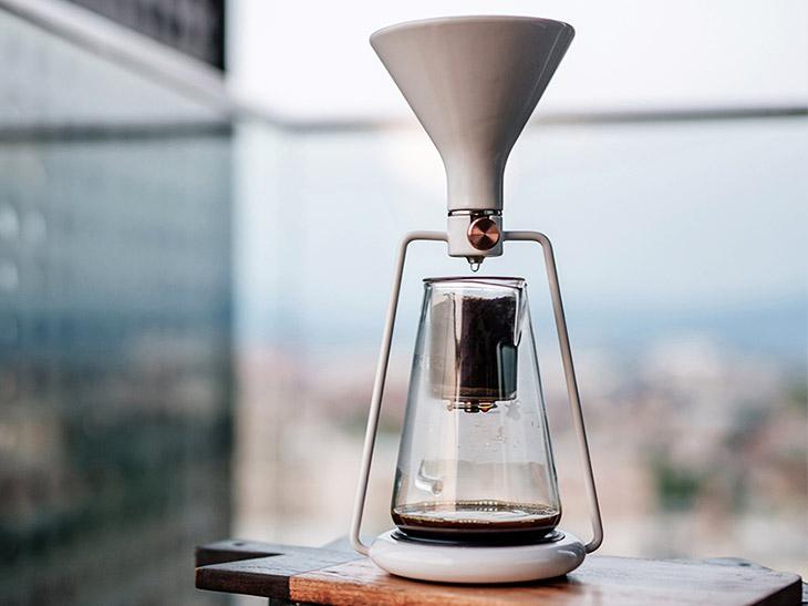 「ビルトインブルートゥーススケール」で本格的なドリップコーヒーの味を実現。ドリップ速度調整バルブも搭載されています。