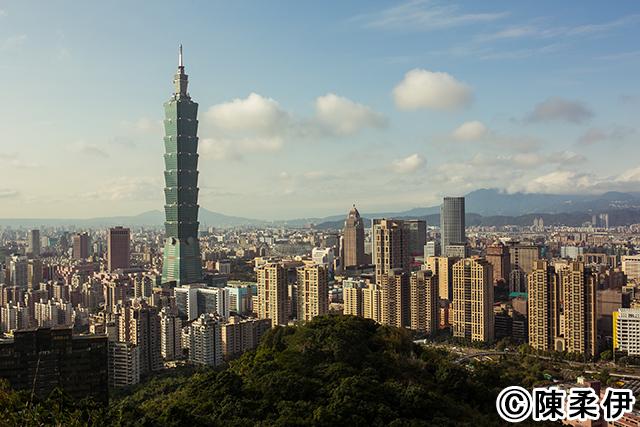 信義区にある象山展望台から眺める台北101。高さ508m。空にそびえ立つ台北市のシンボル