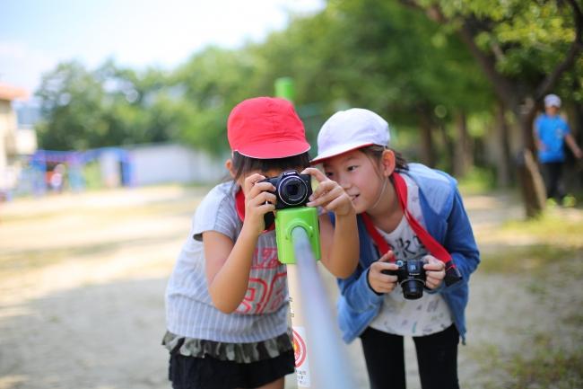 自然の中で撮影を楽しむ子どもたち(昨年度の撮影会の様子)