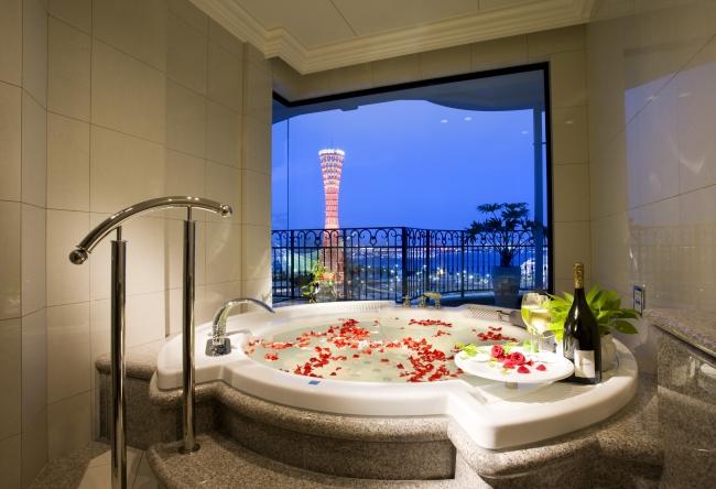 客室に備わる大型ジャグジーと神戸の夜景