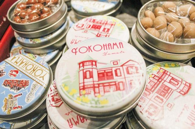 お土産にぴったりなオリジナル「チョコ缶」9柄、5種類のチョコレート。各種 525円