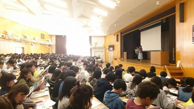 400人以上の前で研修する学生