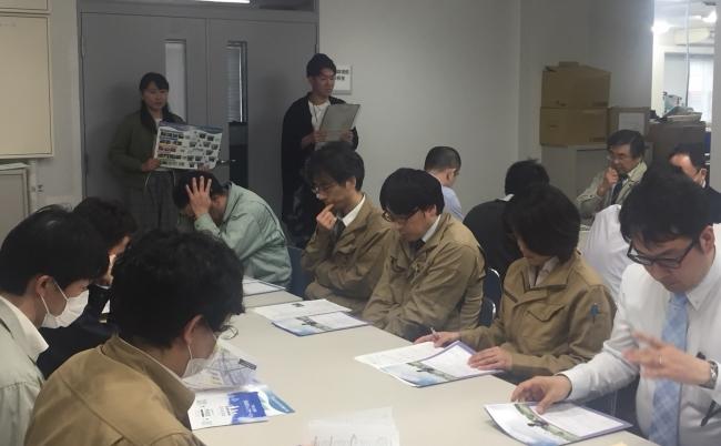 職員の前で研修をする学生
