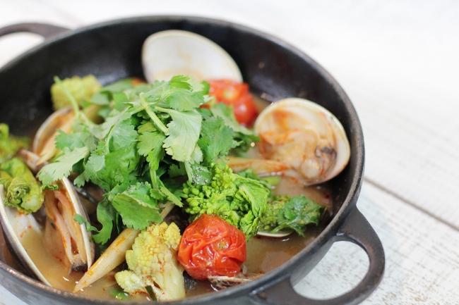 旬の魚介と有機甘酒のトムヤム風ブイヤベー ス 1,980円(税抜)