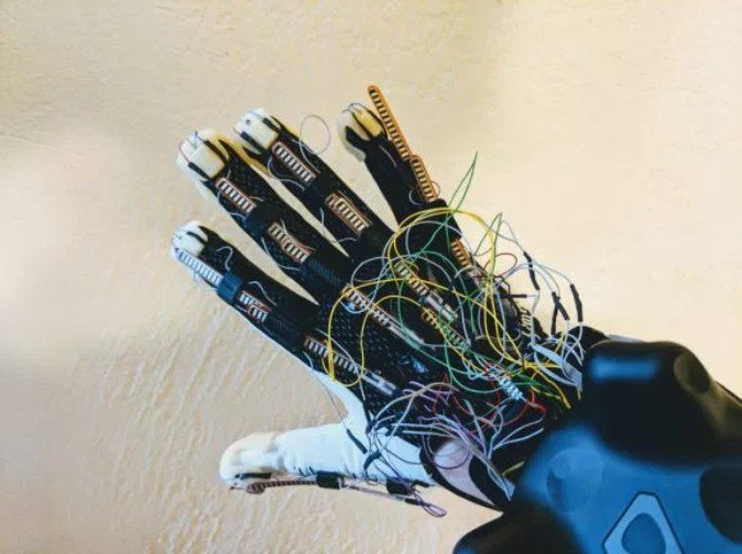 "VR向けグローブ、人工腱で指に""張り""や圧力を再現 | Mogura VR"